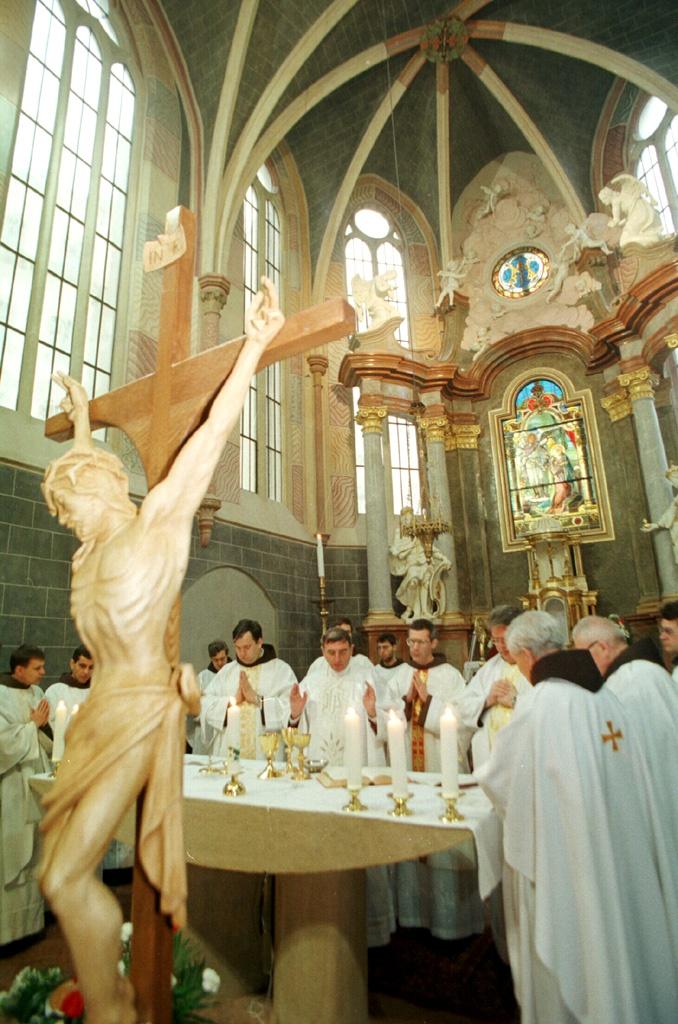 Do Františkánskeho kostola Zvestovania Pána v Bratislave vtrhli policajti, brali počítače a CD. Onedlho stíhanie zastavili. FOTO - TASR