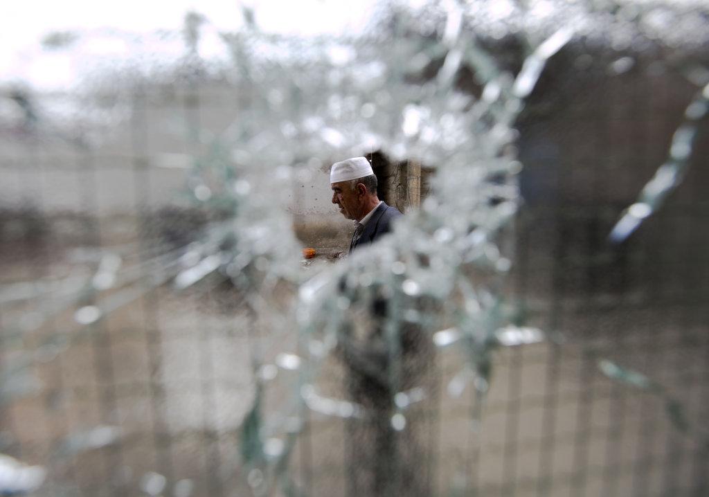 Albánski obyvatelia Kumanova nie celkom veria vládnej verzii zásahu. FOTO - TASR/AP