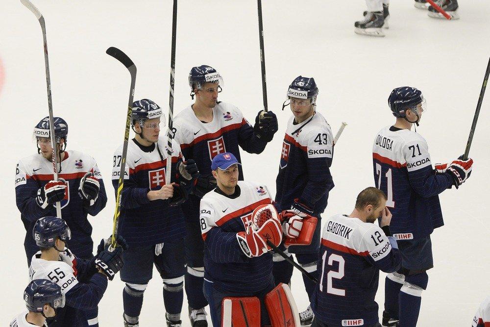 Slovenskí hokejisti ďakujú divákom po víťazstve nad Dánmi. Foto - TASR
