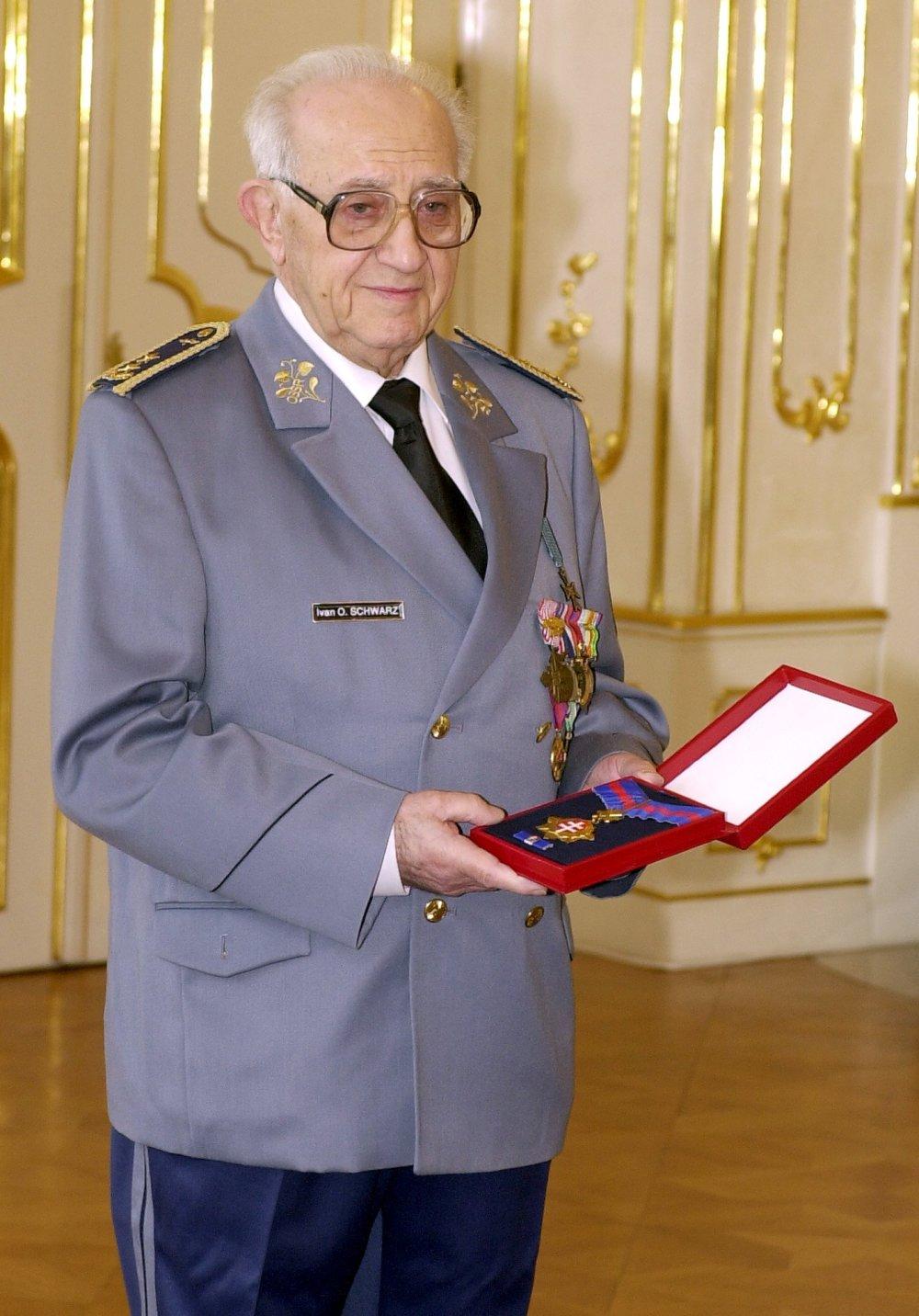 Pred desiatimi rokmi dostal Ivan Schwarz vyznamenanie Rad Bieleho dvojkríža III. triedy. Foto - TASR