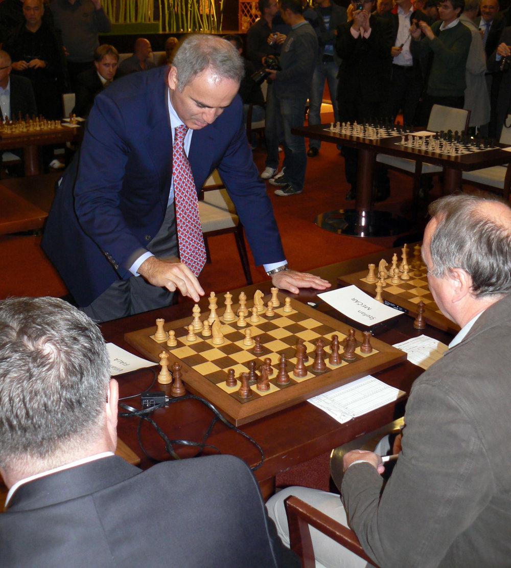 V roku 2011 hral Kasparov v Bratislave simultánku proti 14 súperom. Všetky partie vyhral. FOTO - TASR