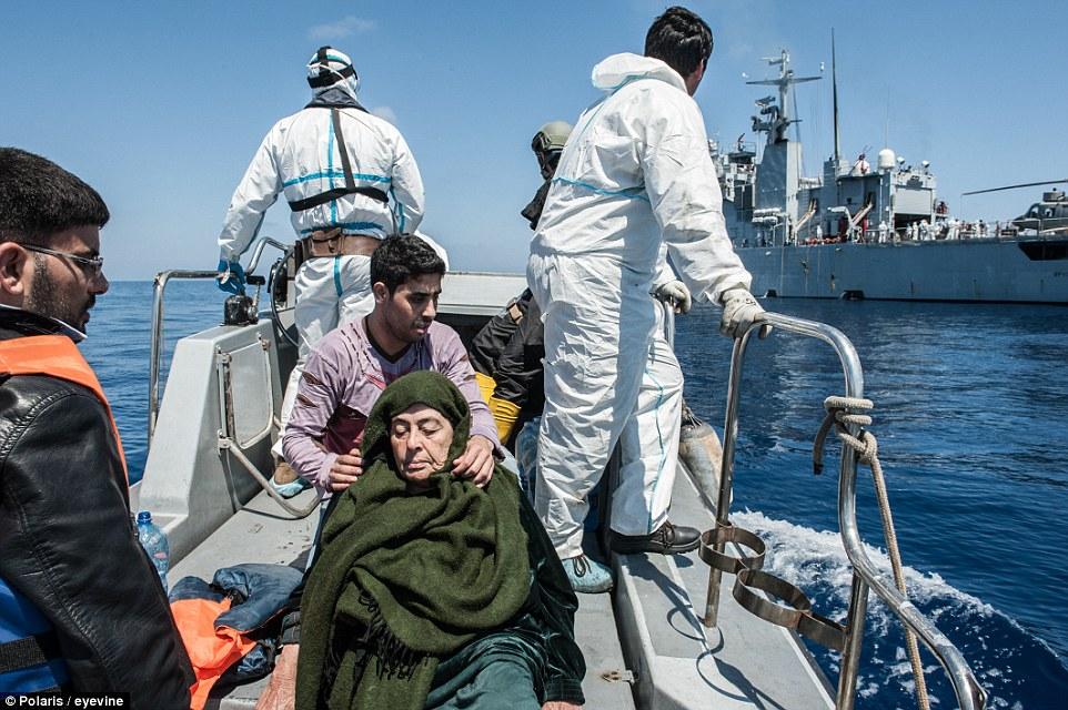 Stará žena na úteku z Líbye. Foto - Daily Mail