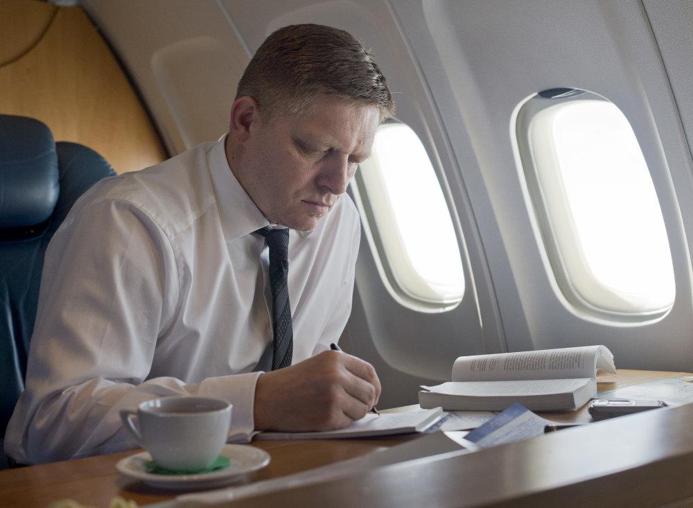 Premiér počas letu špeciálom do Moskvy na oslavy 70. výročia ukonèenia 2. svetovej vojny a Dòa víazstva. Foto - TASR
