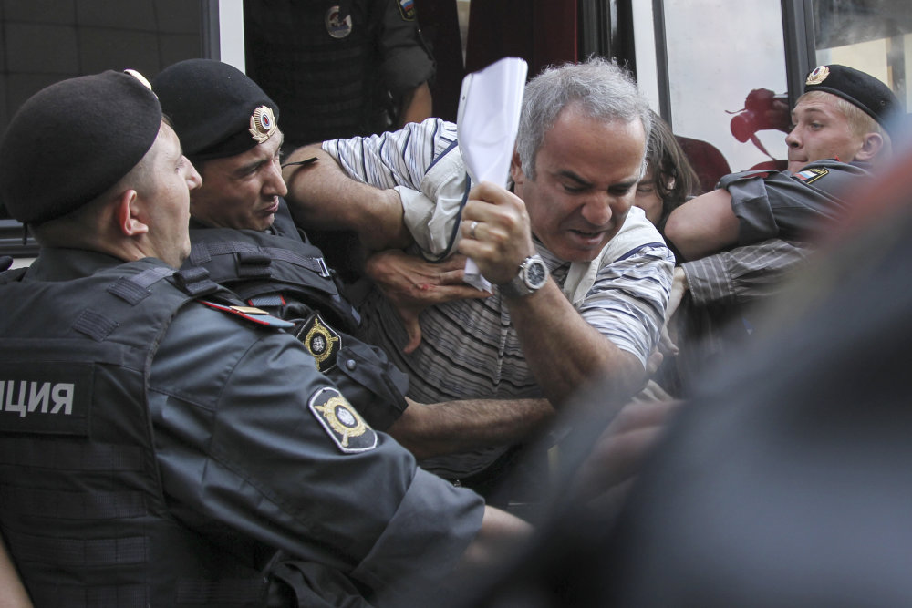 Rok 2012, polícia zatýka Kasparova počas protestu proti odsúdeniu Pussy Riot. FOTO - TASR