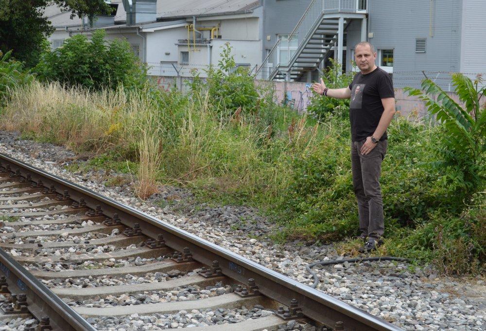 Starosta Martin Kuruc (nez.) ukazuje miesto, kde by mal byť nový perón. Foto - Tomáš Zajac