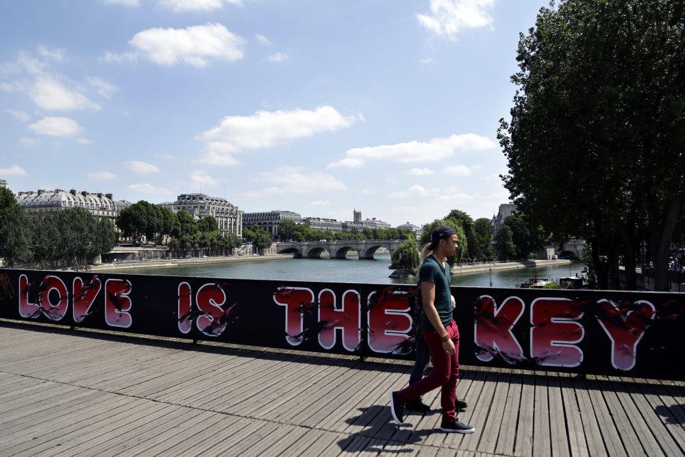 Pont des Arts bez zámkov. Dnes ho zdobia grafiti. Fot - AP
