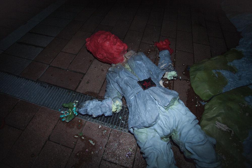 Zničená socha pohraničníka. Autor: Pode Bal