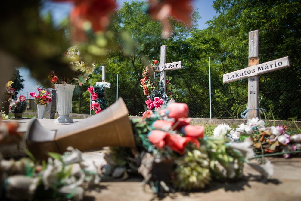 Hroby obetí streľby bývalého mestského policajta Milana Juhásza na cintoríne v Hurbanove. Foto N - Tomáš Benedikovič