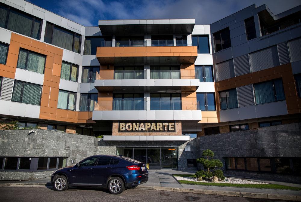V čiernej stavbe pre prominentov býva aj minister dopravy Ján Počiatek, ktorý proti nelegálnym stavbám bojuje. Foto N - Tomáš Benedikovič