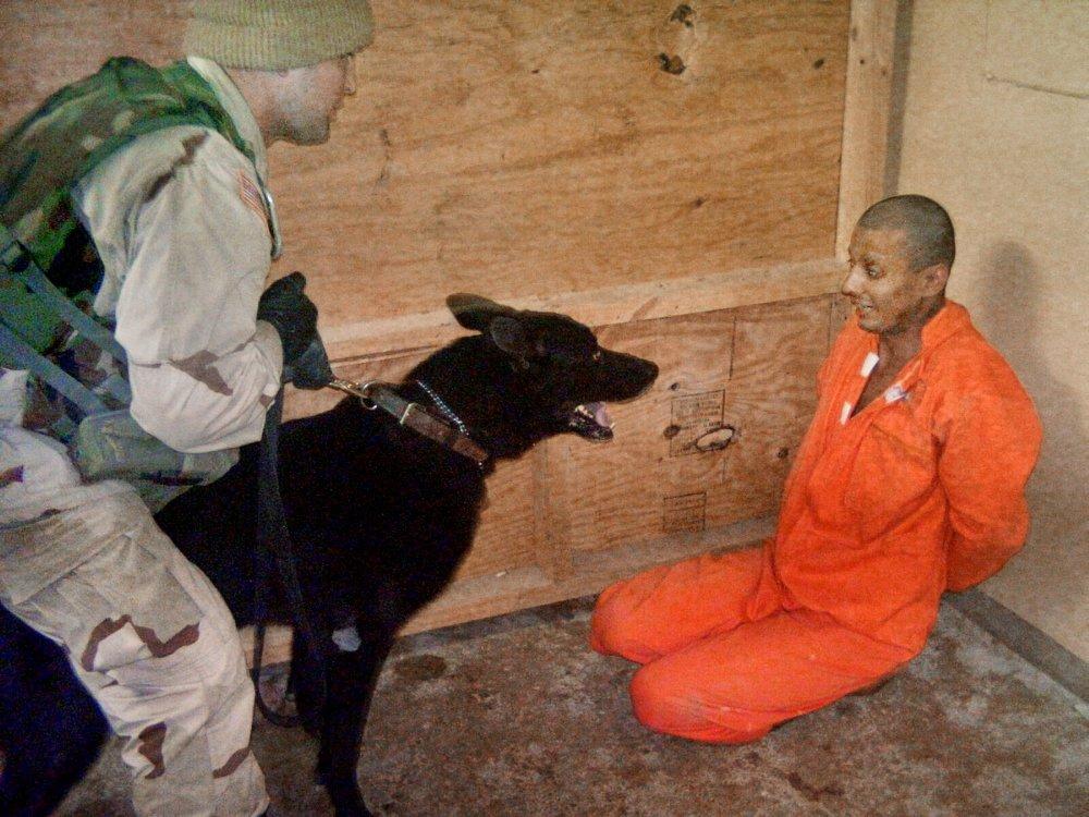 Mučenie v Abú Ghraibe (Irak). Vysvetľuje ho Stanfordský väzenský experiment? Foto – TASR/AP