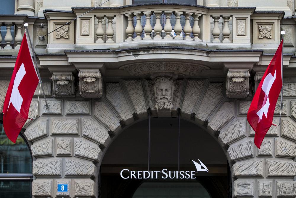 Švajčiarska vlajka na švajčiarskej banke. Foto - TASR