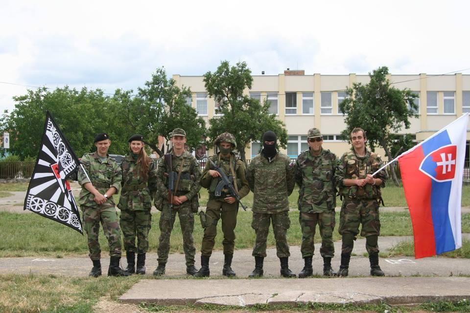 Na školskom dvore v Ludaniciach. Foto - Slovenskí branci