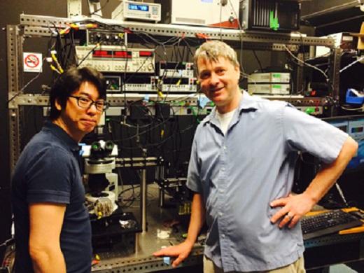 Young Duck Kim a Prof. James Hone vo svojom laboratóriu. FOTO - http://engineering.columbia.edu