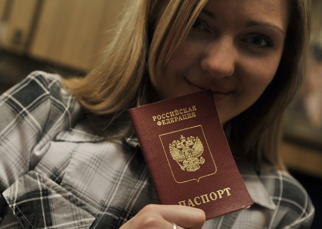 Podobne ako v gruzínskych separatistických republikách, aj tu vydávajú miestnym ruské pasy. FOTO - TASR/AP