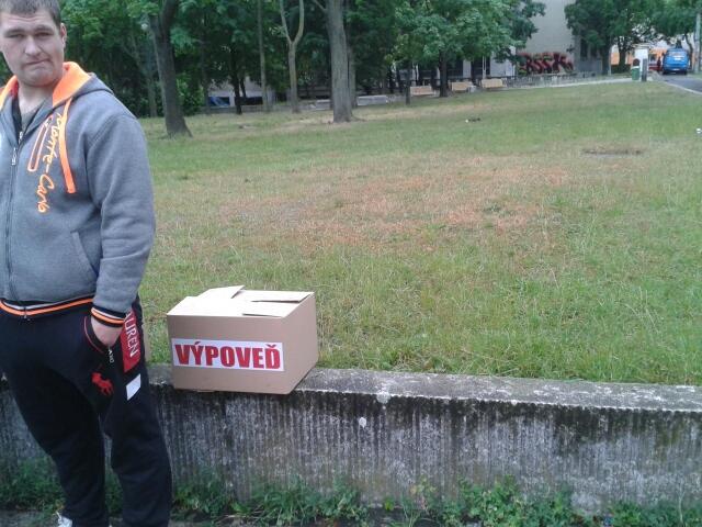 Na Úrad vlády odniesli protestujúci niekoľko krabíc plných oznámení o výpovedi. Foto - N