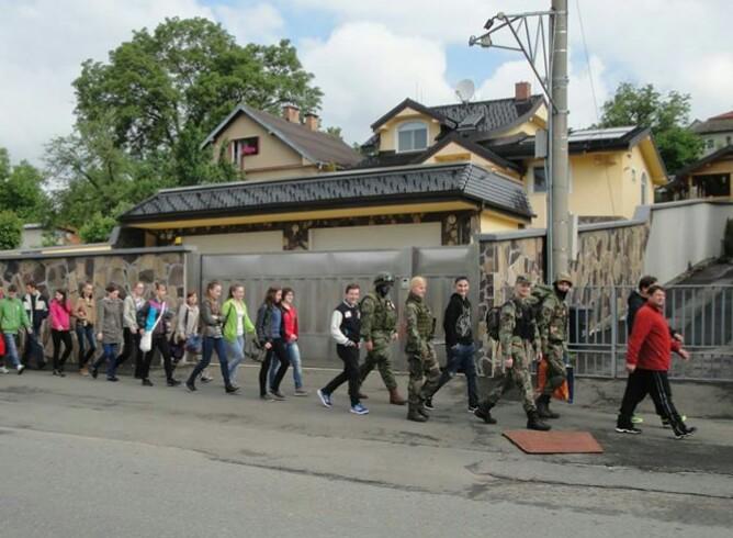Humenských študentov viedol do lesa s brancami telocvikár. Foto - Slovenskí branci