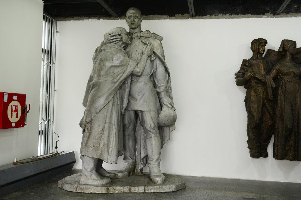 Na po¾sko-slovenských hraniciach odhalili 6. októbra 2014 na Pamätníku èeskoslovenských vojakov na Dukle vernú kópiu sochy èeskoslovenského vojaka, ktorá tu bola postavená ešte v roku 1949, avšak v 50. rokoch ju komunistický režim odstránil. Socha je vysoká 345 centimetrov a pripravoval ju štyri mesiace vo svojom ateliéri Peter Meszároš. Na snímke nedávno demontované súsošie z pomníka na Dukle, ktorého autorom je Ján Kulich, je teraz vo vyhliadkovej veže. FOTO TASR - Milan Kapusta   *** Local Caption *** pamätník Dukla Dukliansky pamätník Karpatsko-duklianska operácia Vyšný Komárnik Dukliansky priesmyk druhá II. svetová vojna vojnový konflikt  cintorín obete padlí bojovníci vojaci pylón Karpatsko-dukelský  Pamätník Èeskoslovenského armádneho zboru