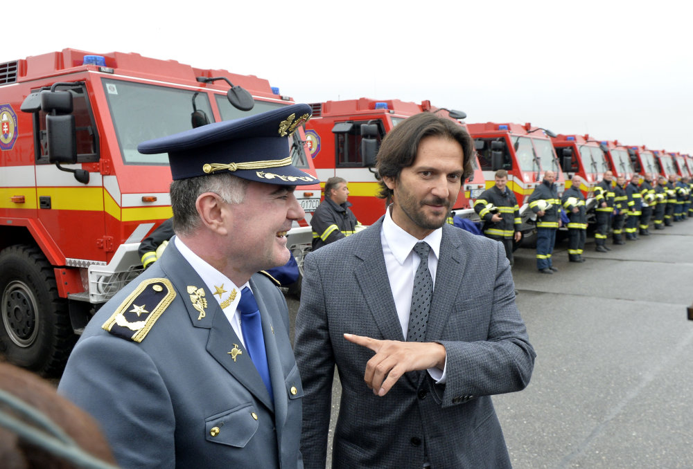 Nákupom nových tatroviek sa Kaliňák zavďačil hasičom. Foto - TASR