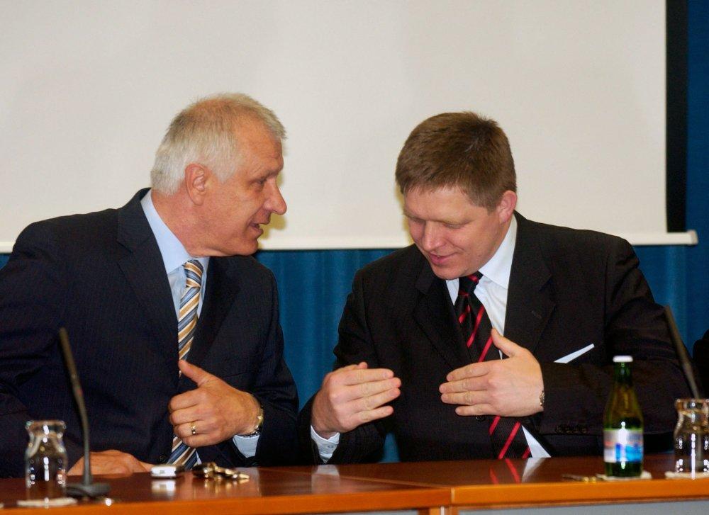 Splnomocnenec vlády pre mládežž a ššport Duššan Galis a premiér na tlačovke z roku 2007, kedy predstavili schému výstavby malých ihrísk. Foto - TASR