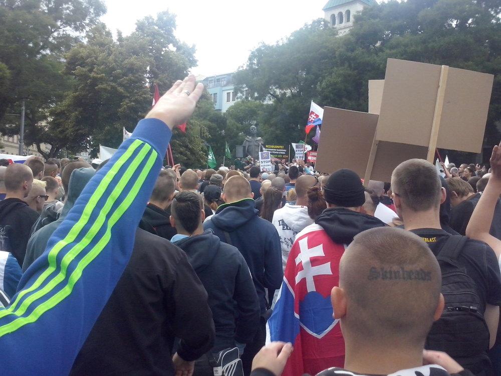 Záber z protiimigrantského protestu v Bratislave, ktorý podľa historika Lacka médiá tendenčne spájajú s neonacistami. Foto - Ondrej Bačik