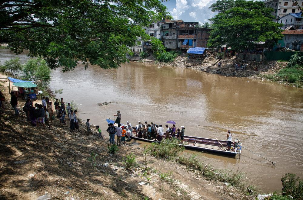 Barmskí nádenníci nelegálne prekračujú hraničnú rieku s Thajskom. Foto - Tomáš Forró