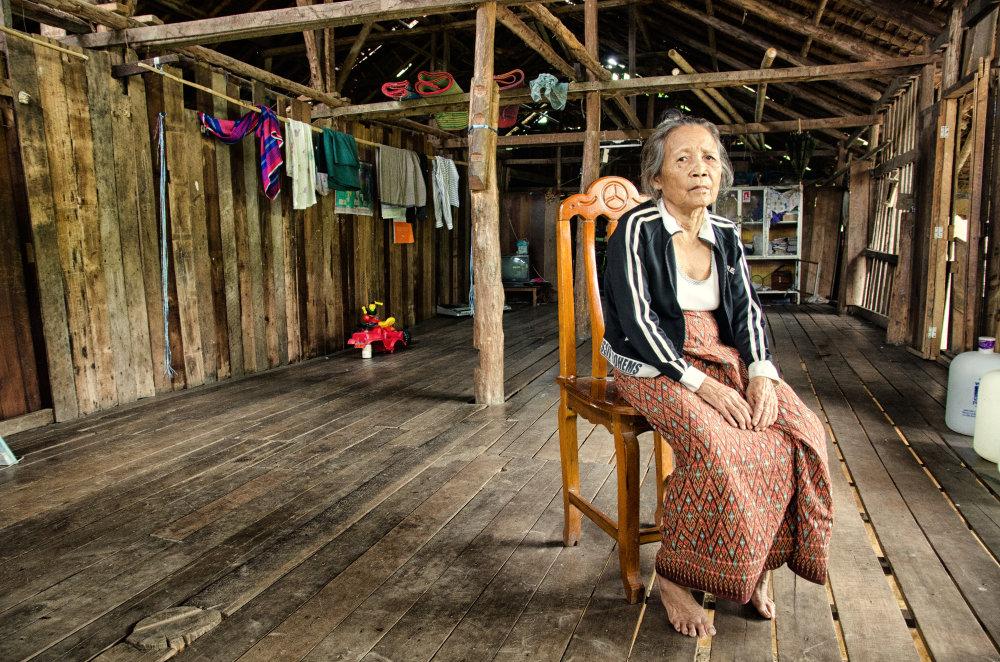 Naw Reh Mu mala v čase nášho rozhovoru 78 rokov. Už nesníva o žiadnom azyle. Okrem dcéry je celá jej rodina mŕtva. Barmskí vojaci ju nútili nosiť zásoby a muníciu, hoci mala 70 rokov. Jedného dňa sa s ich jednotkou ocitla na poli plnom mŕtvol. Jediné, čo si praje, je zomrieť tu, v tábore. Nepôjde už odtiaľto za nič na svete. Foto - Tomáš Forró