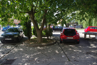Parkovanie na bývalom trhovisku na Topoľčianskej ulici, hneď vedľa kamenného ping-pongového stola. Autor: V. Dolinay