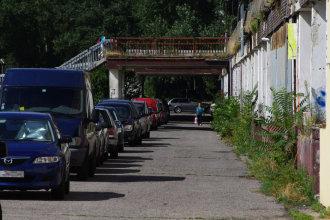 Ešte pred pár rokmi sa na tejto ceste kvôli zásobovacím autám nesmelo parkovať. Ako áut pribúdalo, aj zákaz musel ustúpiť. Autor: V. Dolinay