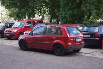To, že si ráno môžete nájsť auto o pár metrov ďalej, ako ste ho večer zaparkovali pozná nejeden Petržalčan. Špecialita parkovania - na nezaradenej rýchlosti. Autor: V. Dolinay