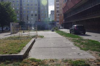 Parkovanie na chodníkoch nie je nič výnimočné. Autor: V. Dolinay