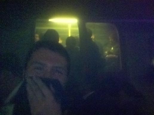 Cestujúci uväznení v metre pri Kings Cross. Zdroj: wikimedia commons