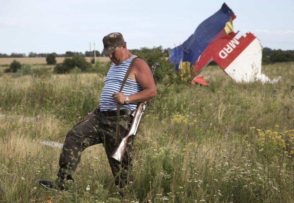 Proruský separatista na mieste pádu letu MH17. FOTO - TASR/AP