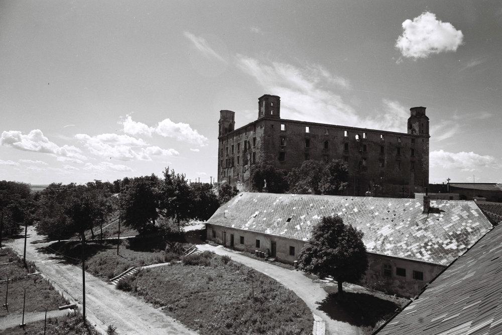 Hrad známy od zaèiatku 10. storoèia, postavený na strategickom mieste osídlenom už v keltskej a ve¾komoravskej dobe. Od polovice 16. storoèia, kedy sa na 200 rokov stala Bratislava korunovaèným mestom Uhorska, bol hrad sídlom panovníka, konali sa tu zasadnutia Uhorského snemu a v korunovaènej veži boli uložené korunovaèné klenoty uhorských král'ov. Po prest'ahovaní král'ovského dvora do Viedne bol na hrade Generálny seminár, kde študovali mnohí významní vzdelanci tej doby. Neskôr hrad dostalo vojsko a v roku 1811 vyhorel. V rokoch 1956 - 1968 zrekonštruovaný. Na archívnej snímke poh¾ad na reštaurovaný Bratislavský hrad z východnej strany, v popredí baroková hospodárska budova 30. septembra 1958. FOTO TASR-  Ladislav Roller