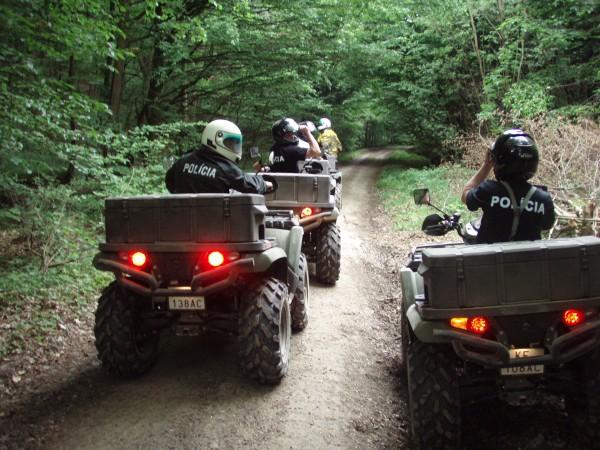 Na Zelenej hranici polícia bežne hliadkuje na Landroveroch i malých štvorkolkách. Foto - Min. vnútra