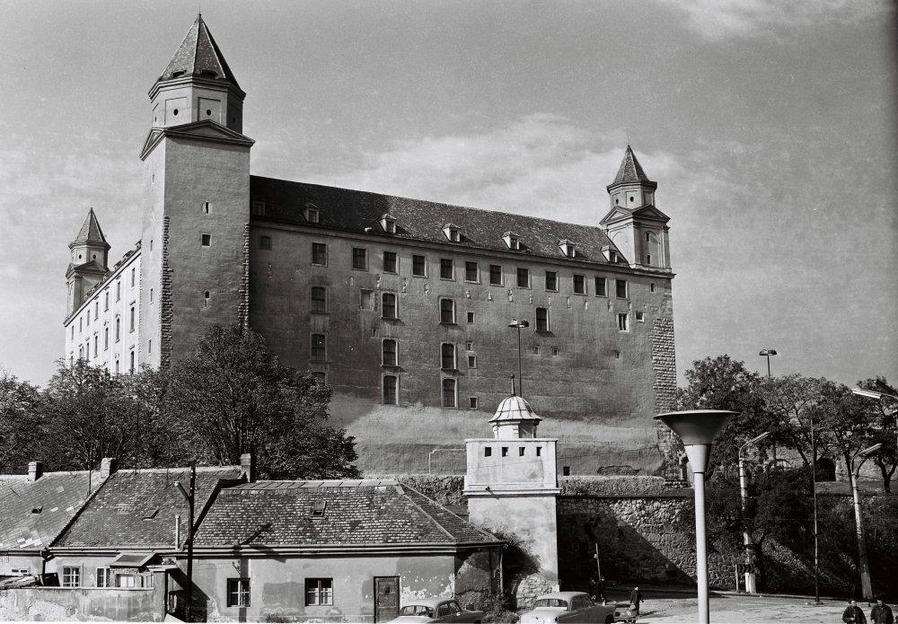 Hrad známy od zaèiatku 10. storoèia, postavený na strategickom mieste osídlenom už v keltskej a ve¾komoravskej dobe. Od polovice 16. storoèia, kedy sa na 200 rokov stala Bratislava korunovaèným mestom Uhorska, bol hrad sídlom panovníka, konali sa tu zasadnutia Uhorského snemu a v korunovaènej veži boli uložené korunovaèné klenoty uhorských král'ov. Po prest'ahovaní král'ovského dvora do Viedne bol na hrade Generálny seminár, kde študovali mnohí významní vzdelanci tej doby. Neskôr hrad dostalo vojsko a v roku 1811 vyhorel. V rokoch 1956 - 1968 zrekonštruovaný. Na archívnej snímke poh¾ad na Bratislavský hrad pred jeho otvorením 23. októbra 1968. FOTO TASR Koloman Cích  *** Local Caption ***