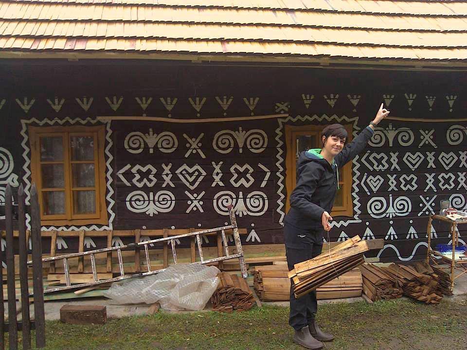 Nina Šošková so šindľami. Nahradiť tradičnú strechu plechom je jednoduchšie aj lacnejšie, ale kultúrna hodnota drevenice tým klesá. Foto - Archív N.Š.