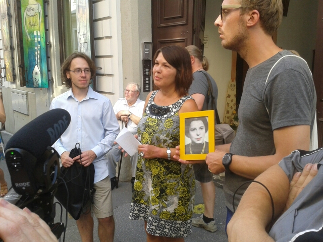 Pred domom, v ktorom naposledy žila Gizela Fleischmannová pred transportom do koncentračného tábora, osadili špeciálny kameň. Podobní dostali aj ďalšie obete  holokaustu. Foto - N