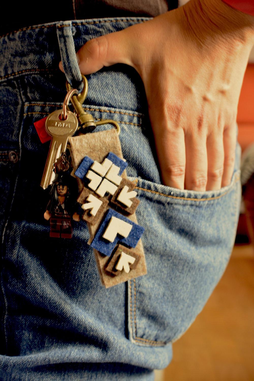 Okrem hračiek, tričiek či brošní, si môžete vytvoriť napríklad aj kľúčenku s čičmianskymi vzormi.