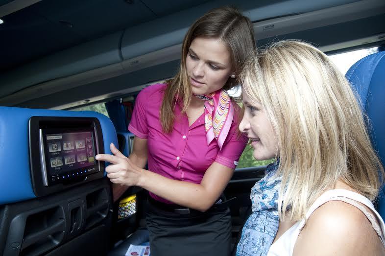 Hlavné ťaháky RegioJetu v autobusoch: stewardky, roznáška bezplatných nápojov a monitory v sedadlách. Foto - RegioJet