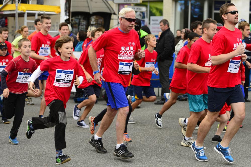Na snímke úèastníci firemného behu U.S. Steel - Family Run tesne po štarte, s è. 1 prezident U.S. Steel George F. Babcoke v rámci 91. roèníka Medzinárodného maratónu mieru v Košiciach 5. októbra 2014. FOTO TASR – Milan Kapusta