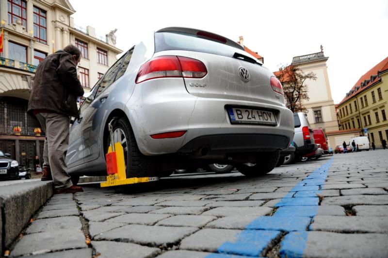 Parkovacie zóny fungujú v Prahe. Úradníci nechali namaľovať modré čiary a kto za nimi zaparkuje bez povolenia riskuje papuču. Foto - MHMP