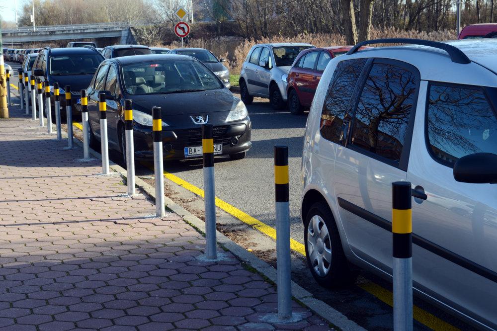 Od 2. decembra 2013 je spoplatnené parkovanie pred univerzitnými nemocnicami v Petržalke na Antolskej ulici a v Ružinove ne Ružinovskej ceste v Bratislave. Na snímke parkovanie pred nemocnicou na Antolskej ulici v Petržalke. Bratislava, 2. decembra 2013. FOTO TASR – Štefan Puškáš