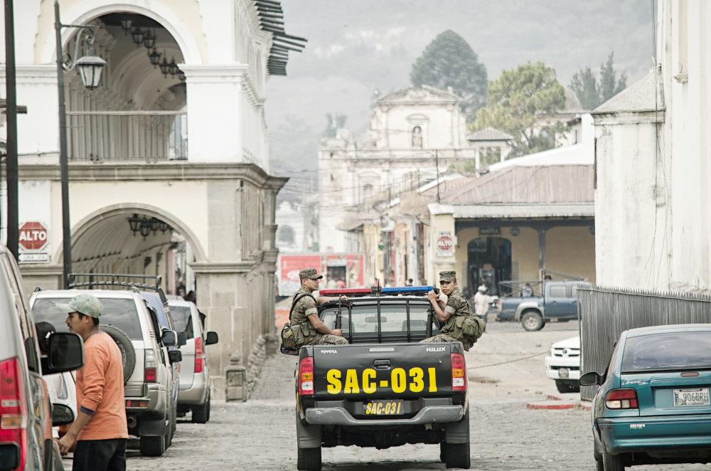 V Guatemale vlastní aj 20 rokov po skončení občianskej vojny strelnú zbraň približne 60 % obyvateľov vrátane žien a detí. Policajná hliadka v meste Antigua. Foto - Tomáš Forró