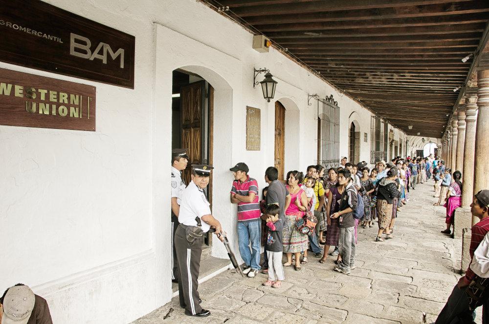 Čakanie na peniaze. Zárobky, ktoré posielaú nelegálni migranti z USA svojim rodinám, sú kľúčovou súčasťou guatemalskej ekonomiky. Zarábajú na nich aj firmy zabezpečujúce zasielanie peňazí z USA do rozvojových krajín. Foto - Tomáš Forró