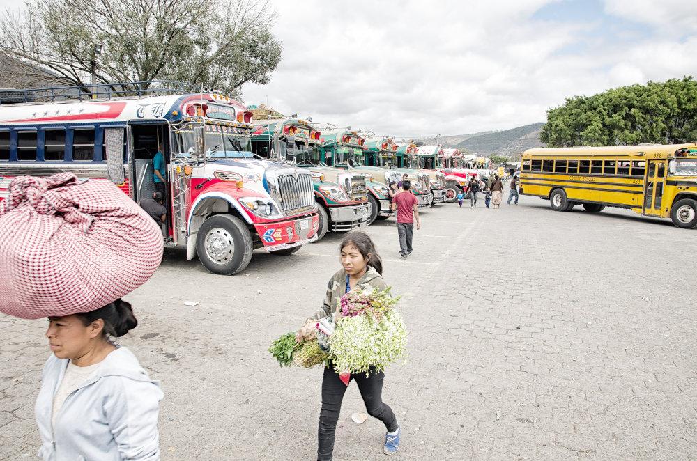 V Strednej Amerike slúžia na verejnú dopravu staré školské autobusy z USA ozdobené novými tvarmi a farbami. Foto - Tomáš Forró