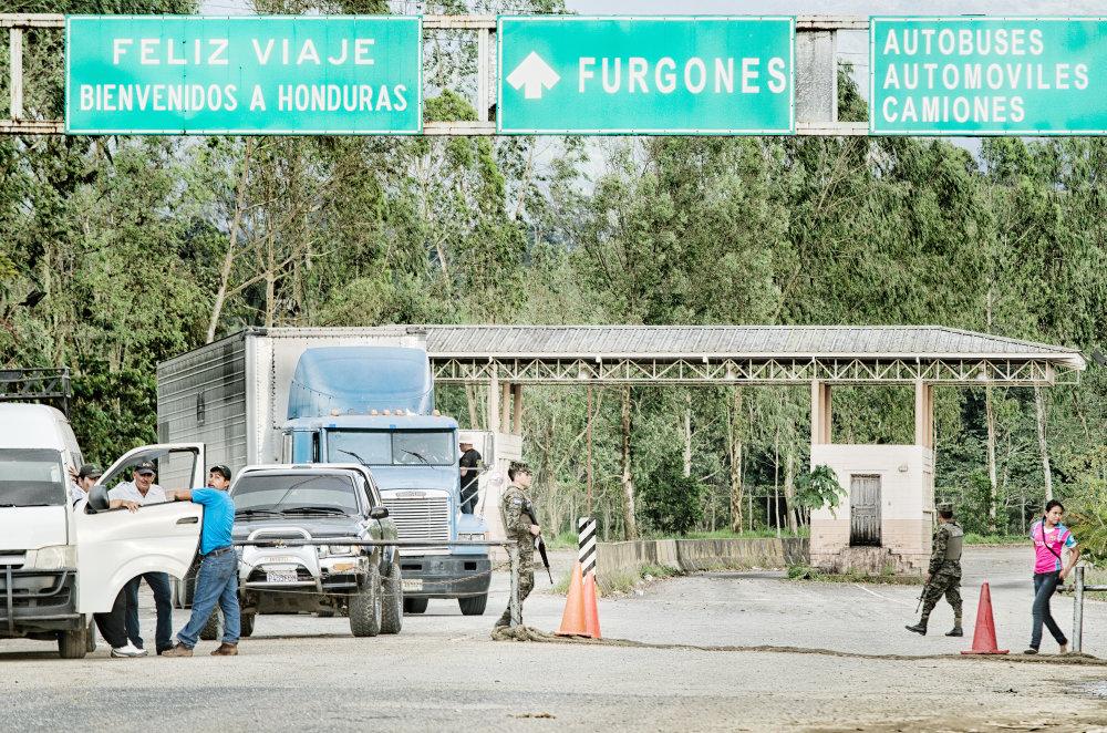 Zľava doprava: šofér pracujúci pre prevádzačov ľudí, príslušník finančnej polície v civile a miestny vekslák v družnom rozhovore. Popoludňajšia siesta na Hranici. Foto - Tomáš Forró