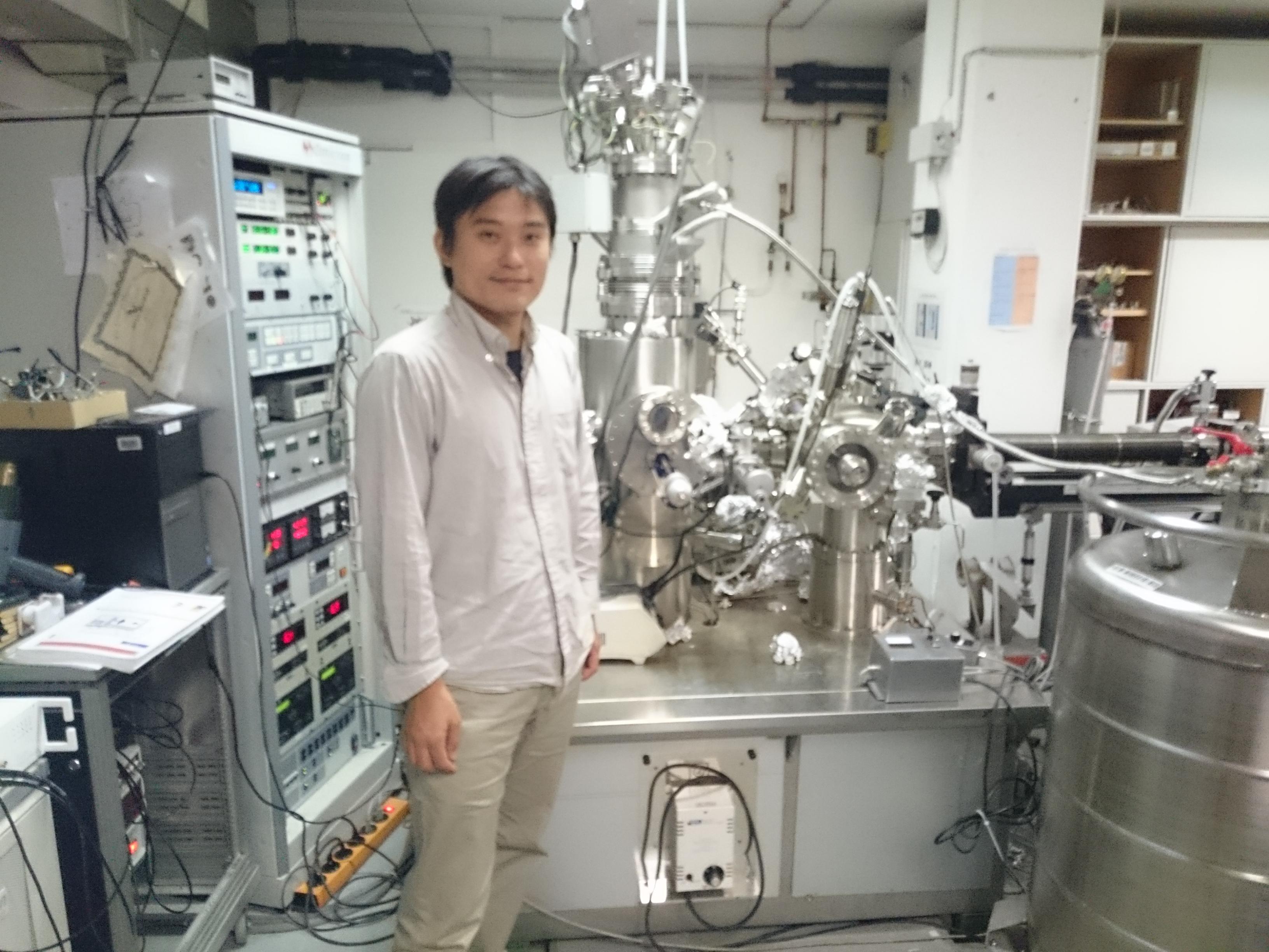 Dr. Kawai vo svojom laboratóriu pri skenovacom tunelovom mikroskope, na ktorom merali novopripravené grafénové nanostužky. FOTO - Martina Hestericová