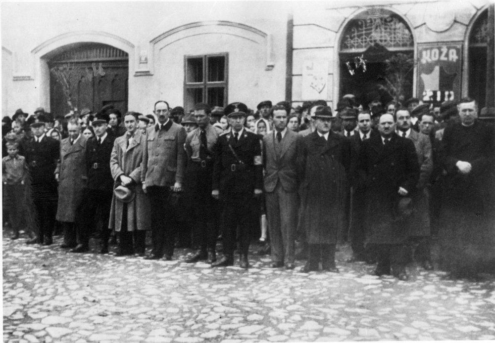 Topoľčianski pohlavári ľudáckej strany a Hlinkovej gardy. Foto - Archív autorov dokumentu Miluj blížneho svojho