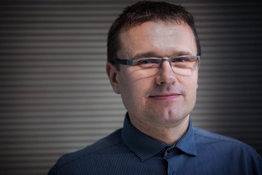 Jozef Šovčík (41) študoval na matematicko-fyzikálnej fakulte Univerzity Komenského i na Ekomoickej univerzite v Bratislave. Spoluzakladal IT spoločnosť Visicom, kde pôsobil do jej nákupu americkou firmou AFS Technologies. Dnes investuje do start-upov a pôsobí v občianskom združení AITA, ktorá snaží pomáhať školám. Foto N - Tomáš Benedikovič