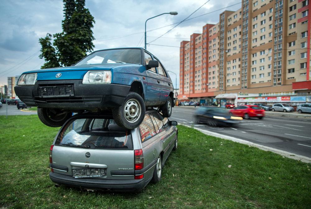 PR kampaň samosprávy vo starými vrakmi na trávniku. Foto N - Tomáš Benedikovič